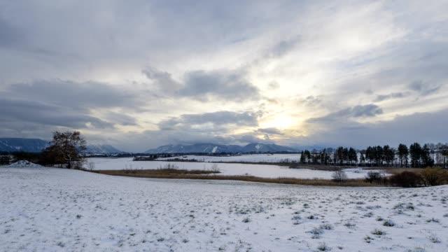vídeos de stock, filmes e b-roll de lake riegsee in winter at sunset, riegsee, murnau, upper bavaria, bavaria, germany, european alps - alpes bávaros