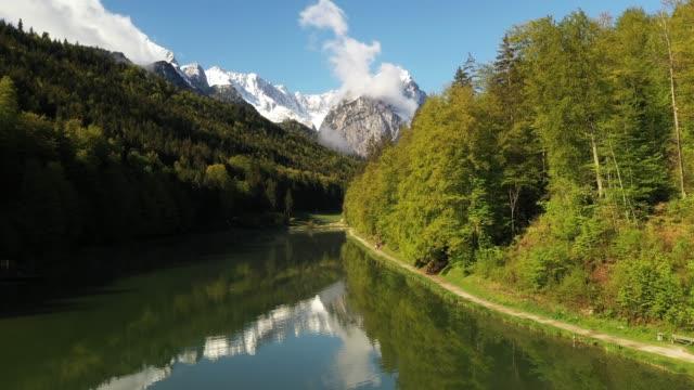 vídeos de stock, filmes e b-roll de lake riessersee, bavaria, germany, europe - montanha zugspitze