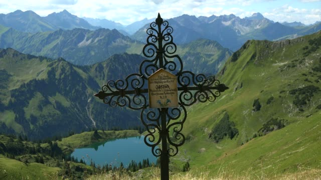 vidéos et rushes de lake seealpsee at  nebelhorn mountain (2224m), oberstdorf, allg?u, swabia, bavaria, germany - ornement