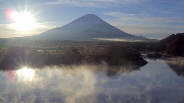 vídeos de stock e filmes b-roll de lake shoji and mt fuji, fuji hazone izu national park, japan - nevoeiro