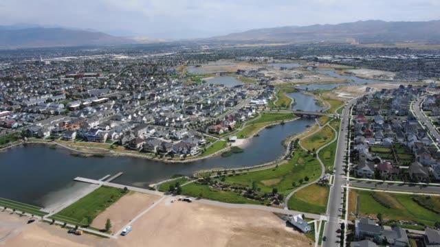 vidéos et rushes de maisons lake side à partir d'un point de vue drone - campagne ville