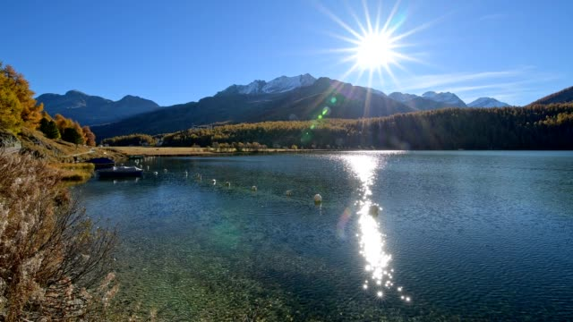lake silsersee with sun in autumn, sils im engadin, engadin, grisons, switzerland, european alps - 池点の映像素材/bロール