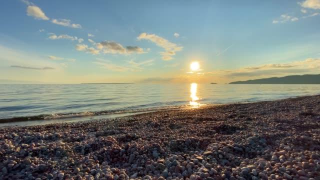 lake superior provincial park bei sonnenuntergang im sommer, ontario, kanada - seeufer stock-videos und b-roll-filmmaterial