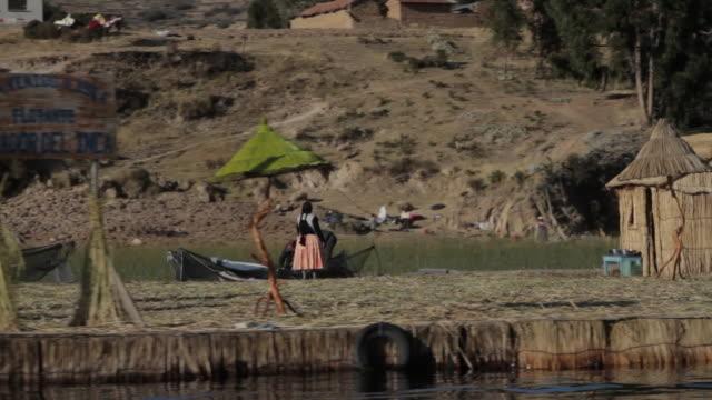 vídeos y material grabado en eventos de stock de lake titicaca - cabaña de paja