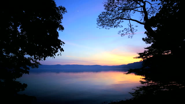 lago towada al crepuscolo - plusphoto video stock e b–roll