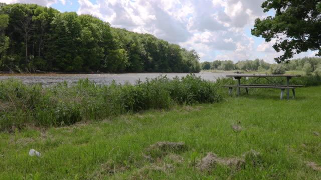 vidéos et rushes de vue sur le lac un jour venteux - table de pique nique