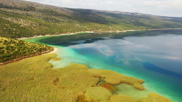 vídeos de stock, filmes e b-roll de lago aéreo vrana na ilha cres - cres croácia