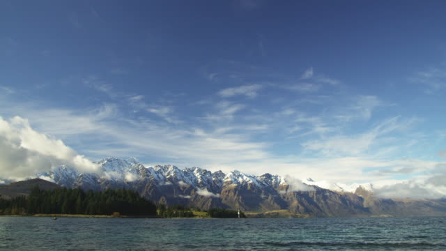 vídeos de stock, filmes e b-roll de ws, lake wakatipu and remarkables mountains in distance, queenstown, new zealand - 20 segundos ou mais
