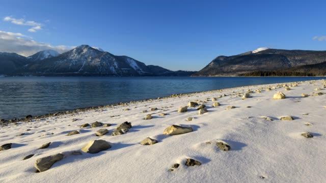 vídeos de stock, filmes e b-roll de lake walchensee at sunset in winter, walchensee, upper bavaria, bavaria, germany, european alps - alta baviera