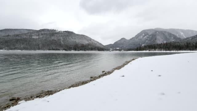 vídeos de stock, filmes e b-roll de lake walchensee in winter, walchensee, upper bavaria, bavaria, germany, european alps - alpes bávaros