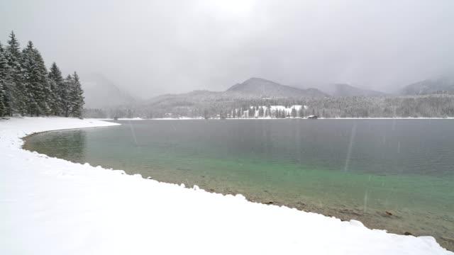 vídeos de stock, filmes e b-roll de lake walchensee in winter, walchensee, upper bavaria, bavaria, germany, european alps - alta baviera