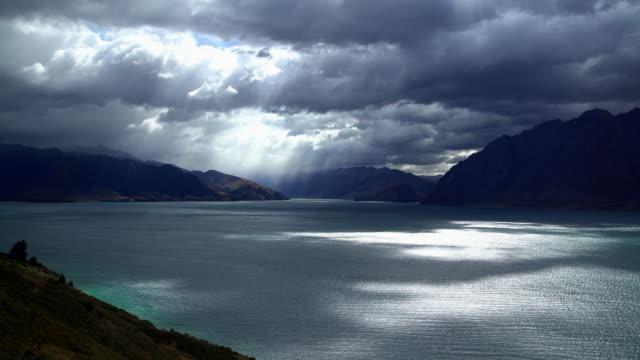 lake wanaka sunlight on water otago new zealand - remote location bildbanksvideor och videomaterial från bakom kulisserna