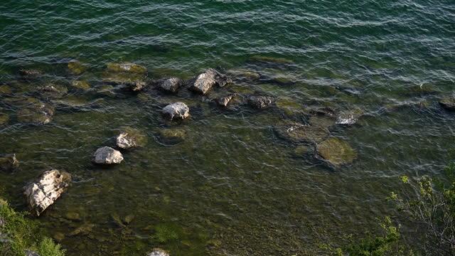vídeos de stock e filmes b-roll de lake water texture - linha ondulada