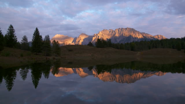 vídeos de stock, filmes e b-roll de lake wildensee at sunset, karwendel mountains in background. mittenwald, garmisch-partenkirchen, wildensee, karwendel, werdenfelser land, upper bavaria, bavarian alps, bavaria, germany, europe. - garmisch partenkirchen