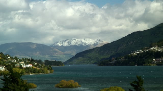 ws zo lake with mountains in the background, queenstown, new zealand - new zealand stock-videos und b-roll-filmmaterial