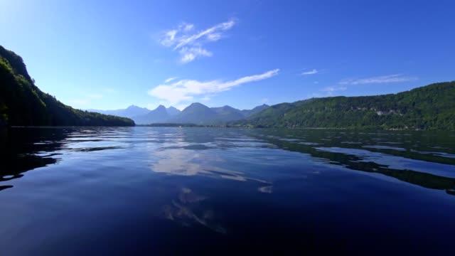 lake wolfgangsee an einem sonnigen morgen im frühsommer - kanu stock-videos und b-roll-filmmaterial