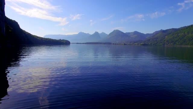 lake wolfgangsee an einem sonnigen morgen im frühsommer - österreich stock-videos und b-roll-filmmaterial