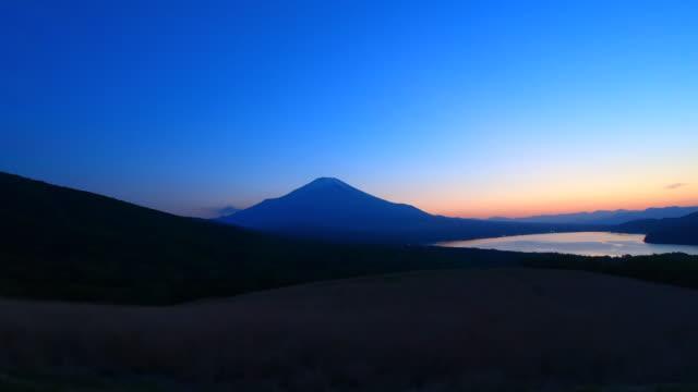 der yamanaka-see und der fuji-berg in der dämmerung bilden ein passagierfenster - seitenansicht stock-videos und b-roll-filmmaterial