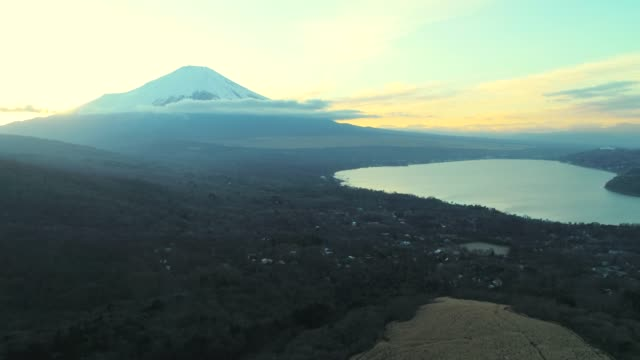 Lake Yamanaka en Mt Fuji in de schemering
