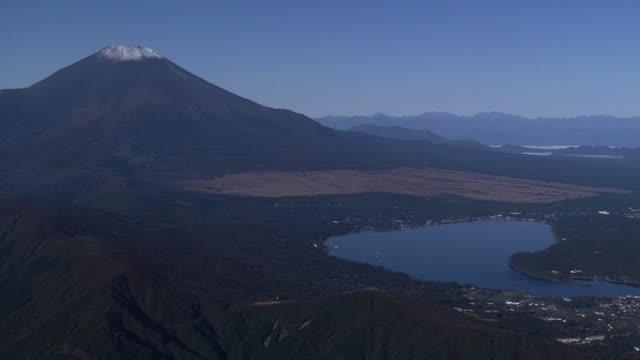 vidéos et rushes de aerial, lake yamanaka and mt fuji, japan - préfecture de yamanashi