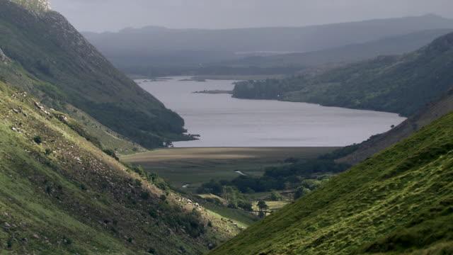 ws t/l lakes near derryveagh mountains / glenveagh national park, donegal, ulster, ireland - アルスター州点の映像素材/bロール