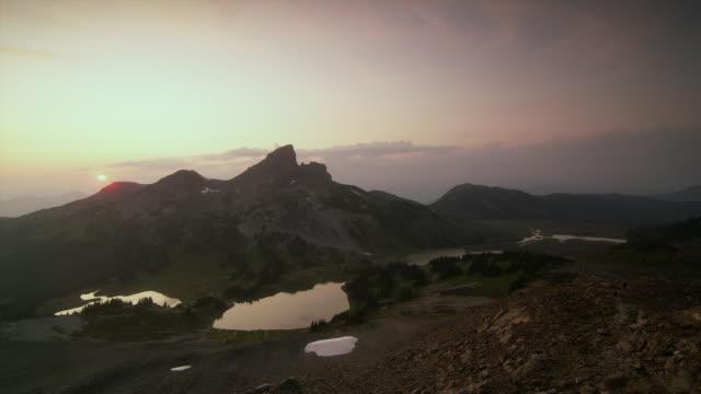 ws pan lakes surrounded by mountain peaks at sunset, garibaldi provincial park, squamish, british columbia, canada - garibaldi park stock videos & royalty-free footage