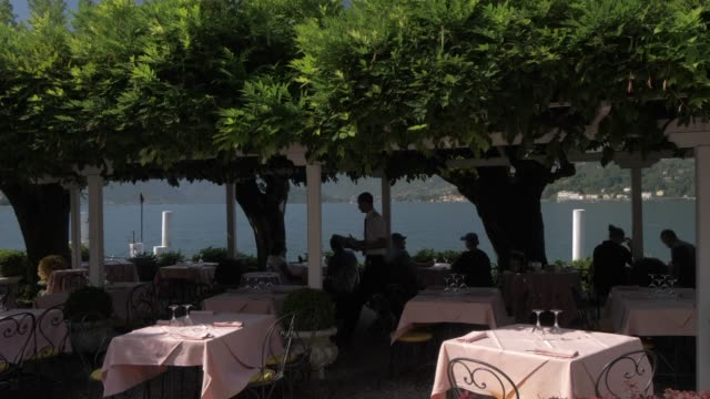 lakeside restaurant in bellagio, lake como, lombardy, italian lakes, italy, europe - tischtuch stock-videos und b-roll-filmmaterial