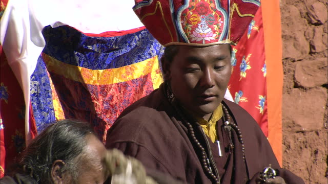 vídeos y material grabado en eventos de stock de ws lama and local villagers gathered at tscheu tibetan buddhist religious  festival / saldang village, high himalayas, upper dolpo near tibetan border, nepal   - lama