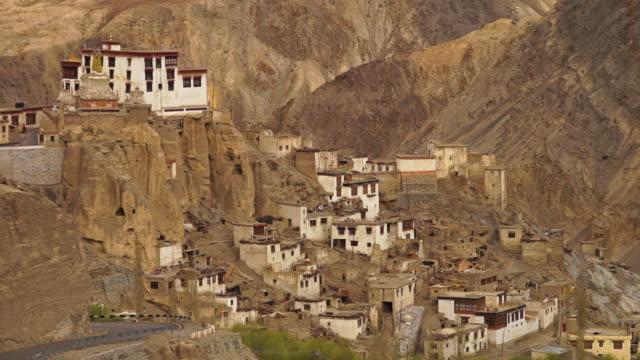 lamayuru monastery buildings, ladakh - umgeben stock-videos und b-roll-filmmaterial