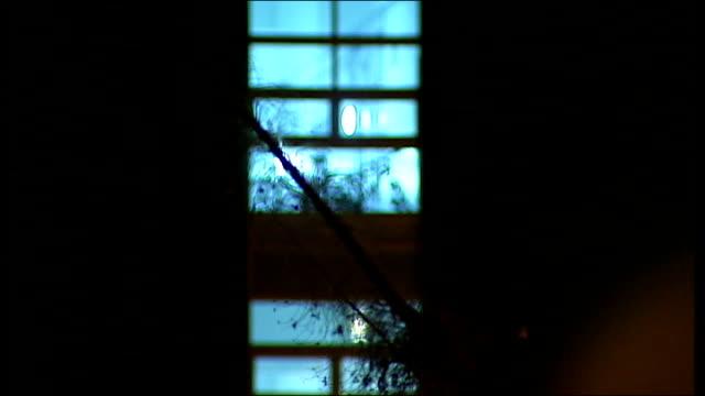 vidéos et rushes de lambeth night street scenes; england: london: lambeth: ext / night various arty, anonmous shots of night time streets including street lights, street... - lambeth