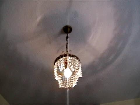 ランプ、サードクラスのホテルルーム - 目が回る点の映像素材/bロール