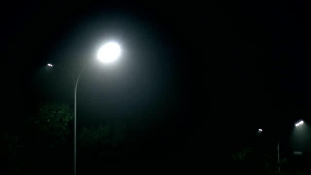 雨の夜のランプ - electric lamp点の映像素材/bロール