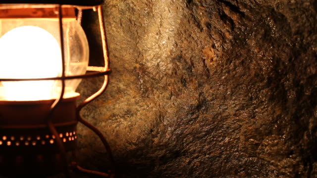 vidéos et rushes de lamp that illuminate the mine  - lampe frontale