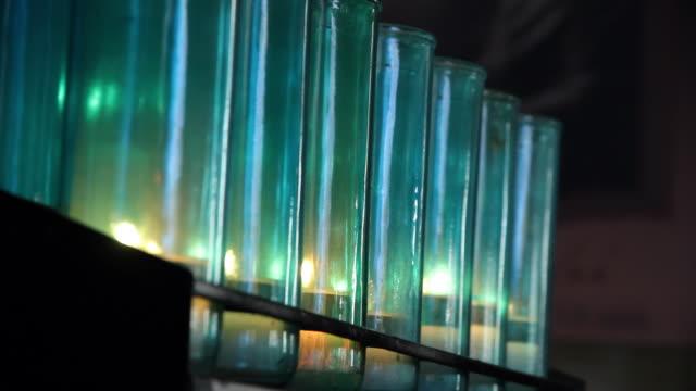 vídeos y material grabado en eventos de stock de lampions lit in a church - grupo mediano de objetos