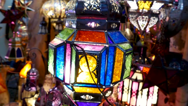 vídeos de stock, filmes e b-roll de lamps for sale shopping souk jemaa el-fna marrakesh morocco - lanterna