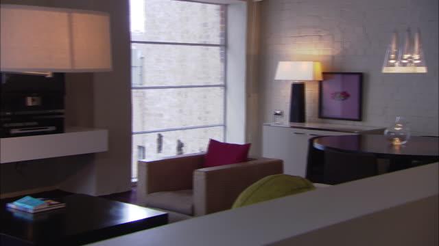 vídeos y material grabado en eventos de stock de lamps glow in a living room with modern furniture. - mesa baja de salón
