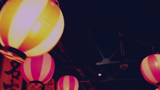 vídeos de stock e filmes b-roll de lamps japanese hanging - lanterna de papel