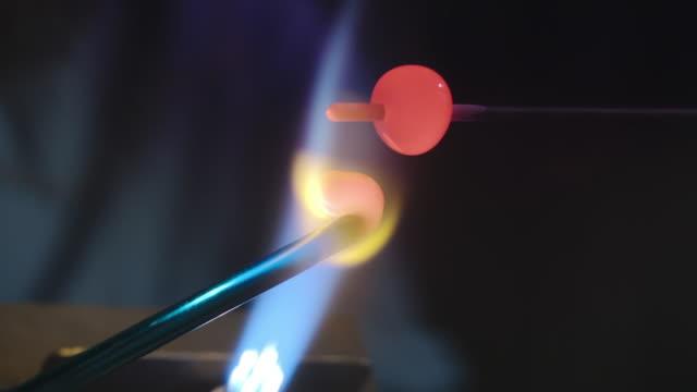 lampwork bead design process - perlenschnur stock-videos und b-roll-filmmaterial