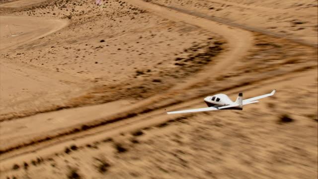 vídeos de stock, filmes e b-roll de air to air, lancair flying over mojave desert, california, usa - usa
