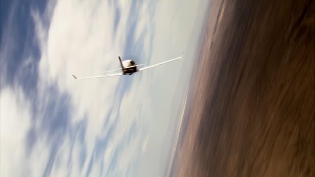 vídeos y material grabado en eventos de stock de air to air, ms, lancair flying over mojave desert, rear view, california, usa - toma aérea en vuelo