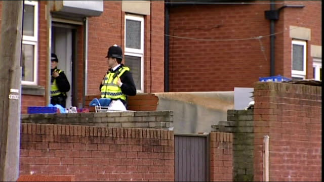 vídeos de stock, filmes e b-roll de lancashire blackburn whalley range ext police on duty outside house where man has been arrested on suspicion of terrorism offences upper windows of... - lancashire