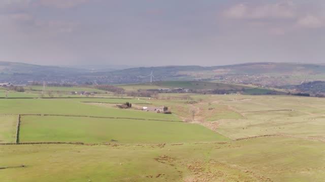 vídeos y material grabado en eventos de stock de tierras de labrantío de lancashire - drone tiro hacia nelson y burnley - lancashire