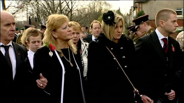 lancashire lytham ext flagdraped coffin of loren marltonthomas being carried along by military pallbearers as followed by anne marltonthomas nicola... - kanzel stock-videos und b-roll-filmmaterial