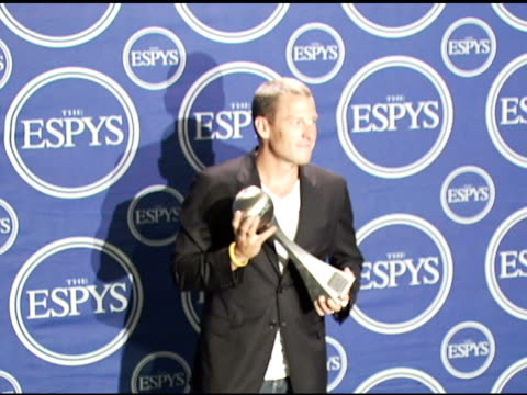 lance armstrong at the 2006 espy awards press room at the kodak theatre in hollywood california on july 12 2006 - ランス・アームストロング点の映像素材/bロール