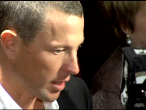 lance armstrong at the 'failure to launch' new york premiere at chelsea west in new york new york on march 8 2006 - ランス・アームストロング点の映像素材/bロール