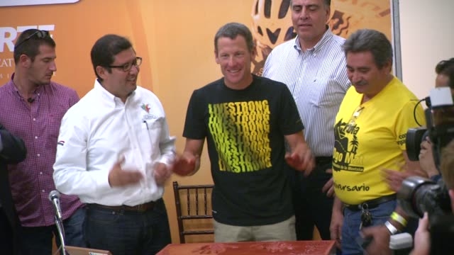 lance armstrong is the surprise guest of honor and leads the ride at the durango to mazatlan bike event durango durango mexico 9/20/2012 - ランス・アームストロング点の映像素材/bロール