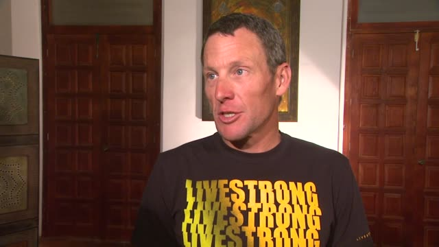 lance armstrong on his visit to durango at mex lance armstrong is the surprise guest of honor and leads the ride at the durango to mazatlan bike... - ランス・アームストロング点の映像素材/bロール