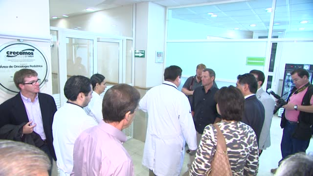 lance armstrong visiting hospital at mex lance armstrong is the surprise guest of honor and leads the ride at the durango to mazatlan bike event on... - ランス・アームストロング点の映像素材/bロール