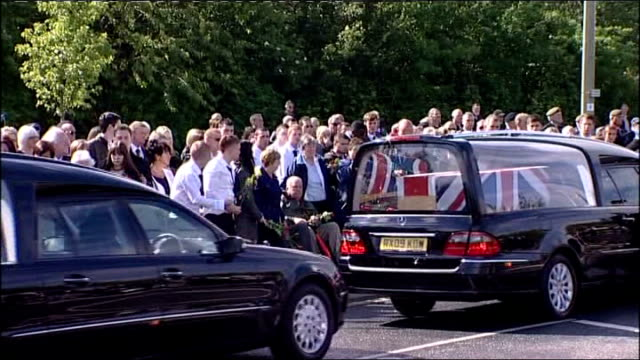 stockvideo's en b-roll-footage met lance corporal james ashworth awarded postumous victoria cross family reaction lib oxfordshire raf brize norton military pallbearers carrying... - oxfordshire
