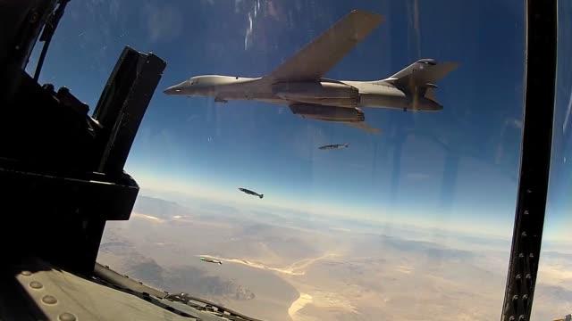 vídeos de stock, filmes e b-roll de lancer takeoff and landing at nellis air force base nevada - nellis air force base